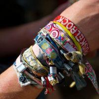 Perigo: acumular pulseiras de festivais