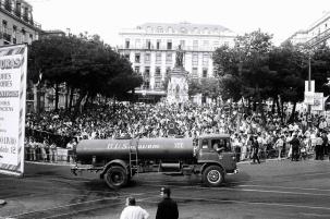 Uma multidão contida no Largo Camões assistia à distância às operações de combate ao incêndio. Foto: João Marques Valentim