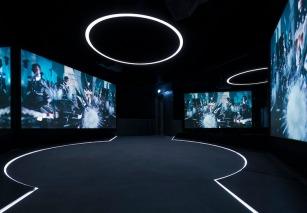 Ao longo do museu, os visitantes têm acesso a vários excertos icónicos dos filmes. Foto: Kristopher Grunert/Bergbahnen Sölden