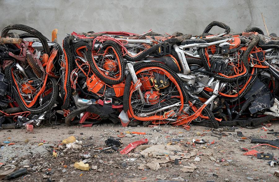 Bicicletas de várias empresas de bike-sharing numa lixeira em Shangai. Foto: REUTERS/Aly Song