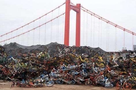 Mais bicicletas no lixo, desta vez num espaço aberto em Wuhan, China. Recentemente o número de Foto: VCG