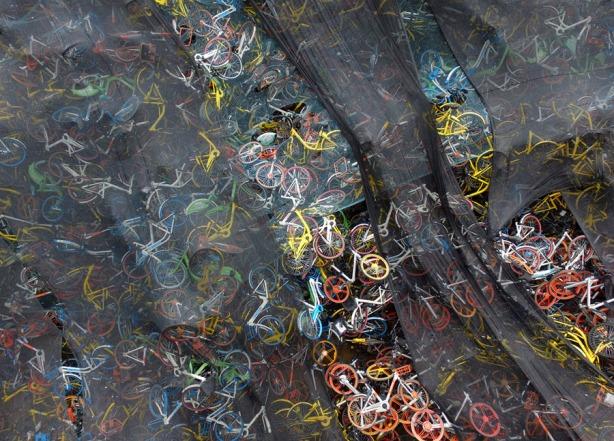 Estas bicicletas estão abandonadas perto de um rio, em Wuhan. Foto: VCG via Getty