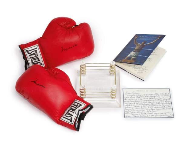 Um par de luvas utilizado por Muhammad Ali. Em 2006, Williams recebeu o prémio humanitário que leva o nome do pugilista. Foto: Sotheby's New York