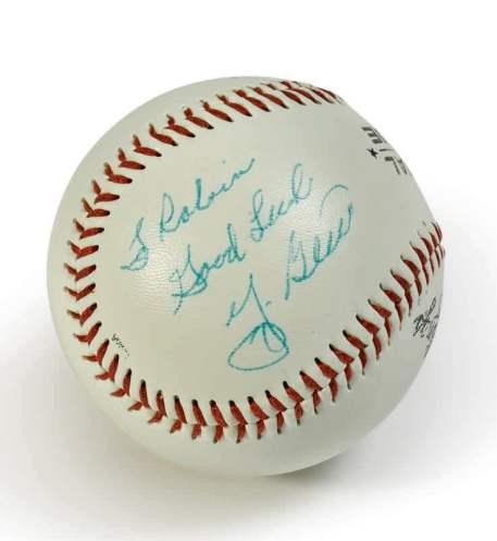 "Uma bola de basebol autografada para si por Yogi Berra. Pode-se ler: ""Para o Robi: Boa sorte"". Foto: Sotheby's New York"