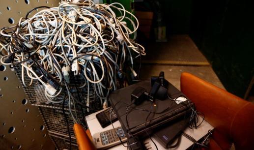 Cabos de computadores espalhados pelo seu escritório. Foto: REUTERS/Leonhard Foeger