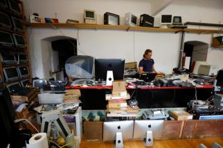 Roland Borsky rodeado de computadores Apple. Foto: REUTERS/Leonhard Foeger