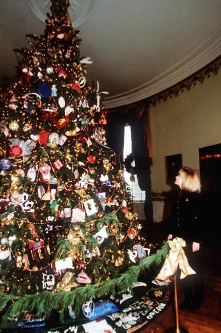 1994 - A primeira dama Hillary Rodham Clinton admira a árvore de Natal na Sala Azul. Foto: Wilfredo Lee/AP