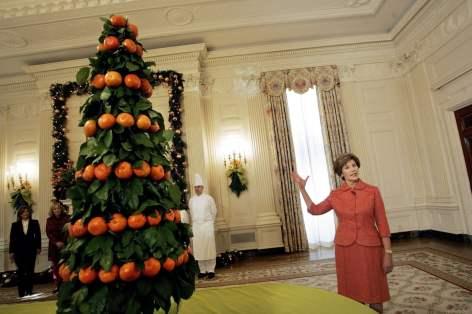 2005 - A primeira dama Laura Bush ao pé da árvore de Natal composta por tangerinas e folhas de limoeiro. Foto: Pablo Martínez Monsiváis/AP