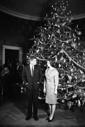 1961 - o presidente John F. Kennedy e Jacqueline Kennedy posam junto à árvore de Natal na Sala Azul da Casa Branca. Foto: Henry Burroughs/AP