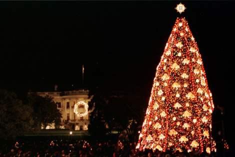 1999 - Com a Casa Branca no fundo, a árvore de Natal é admirada por várias pessoas. Foto: Molly Riley/Reuters