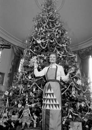1975 - A primeira dama Lady Betty Ford segura enfeites de Natal ao pé da árvore de Natal da Casa Branca. Foto: Bob Daugherty/AP