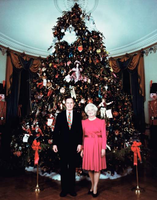 1990 - O presidente George Bush e Barbara Bush posam junto à árvore de Natal. Foto: David Valdez/AP
