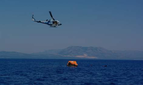 Um helicóptero paira sobre o barco salva-vidas dos candidatos a astronautas durante o treino de sobrevivência. Foto: Vittorio Crobu/ESA