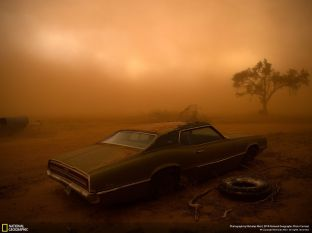 "2º lugar na categoria Lugares: ""Thunderbird in the Dust"" por Nicholas Moir"