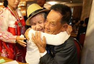 O Sul-coreano Lee Geum-Sum, 92 (à esquerda) encontra-se com o seu filho Norte-coreano Lee Sung-Chul, 71, durante uma reunião de famílias separadas, a 20 de agosto de 2018. Foto: O Jong-Chan-Korea Pool/Getty Images