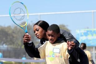 A campeã Sloane Stephens ensina ténis a 400 alunos, na Califórnia, a 12 de abril de 2018. Foto: Lucy Nicholson / Reuters