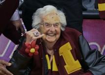 Jean Dolores Schmidt, de 99 anos, é uma freira norte-americana que tem sido o capelão da equipa de basquetebol Loyola of Chicago, desde 1994. Aqui, mostra o seu anel NCAA Final Four num jogo, a 27 de novembro de 2018. Foto: AP Photo/Matt Marton