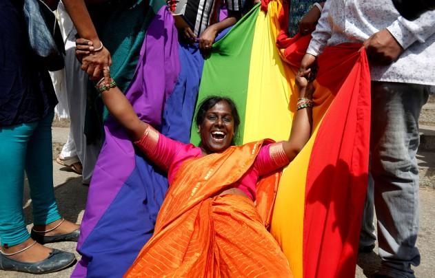 Uma ativista da comunidade LGBT celebra após o veredicto do Supremo Tribunal de descriminalizar o sexo homossexual e a revogação da Secção 377 do Código Penal, na Índia, a 6 de setembro de 2018. Foto: REUTERS/Abhishek N. Chinnappa